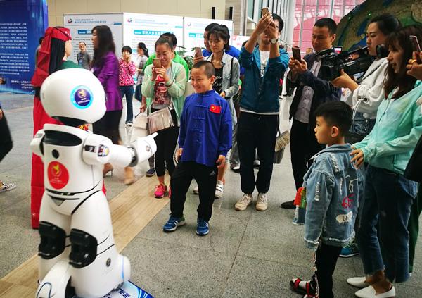山西科技活动周:智能机器人备受追捧